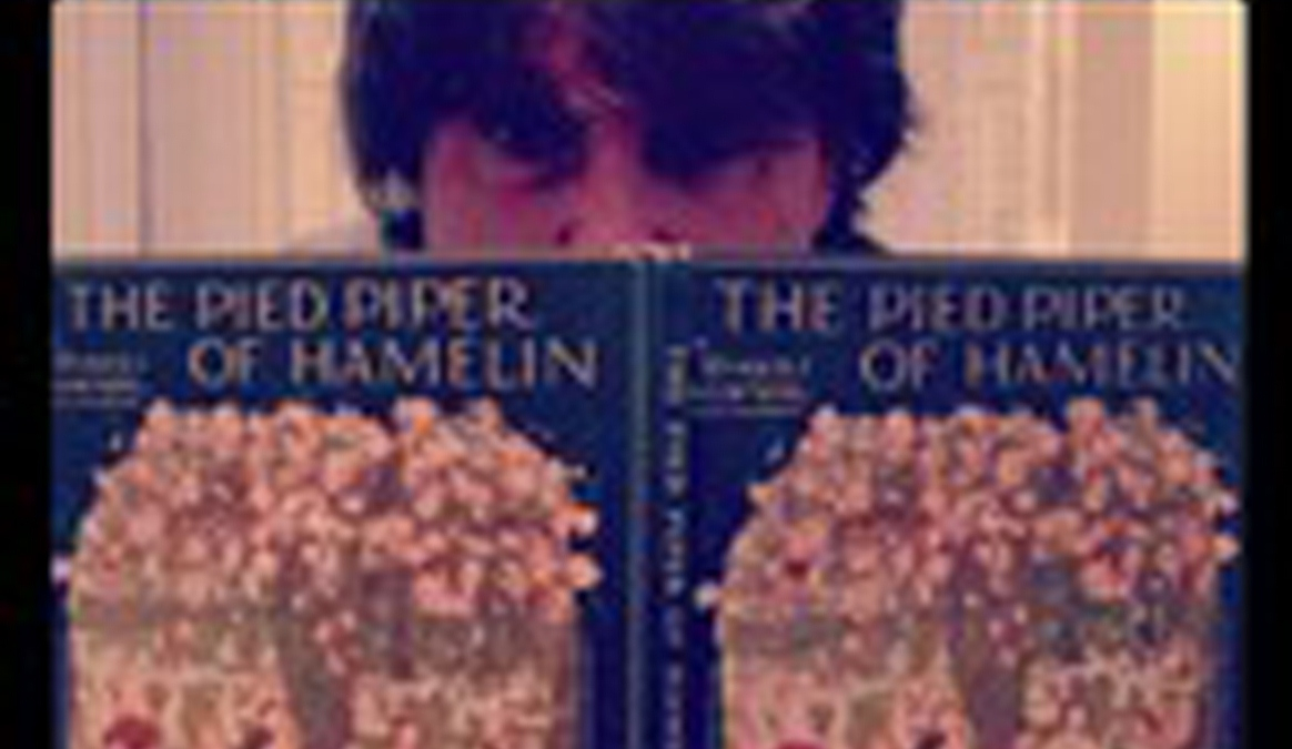 A photo of Sue Evans reading The Pied Piper of Hamelin